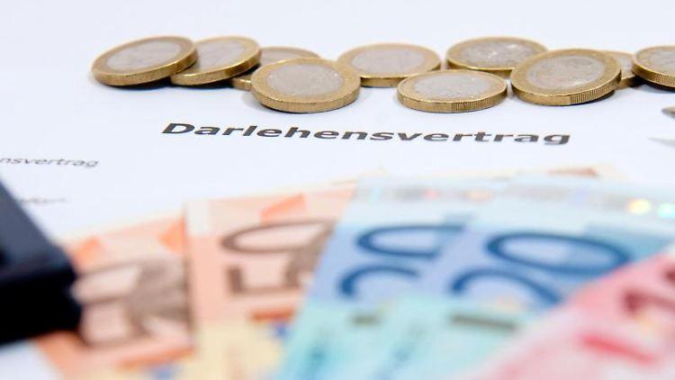Klären Banken bei Darlehensverträgen den Kunden nicht genügend über ihr Widerrufsrecht auf, können Kreditnehmer den Vertrag kündigen - auch Jahre später. Foto: Kai Remmers