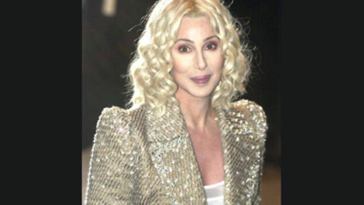 Cher kann anscheinend einfach nicht genug kriegen: genug Schlagzeilen, genug Schönheitsoperationen, genug Aufmerksamkeit.