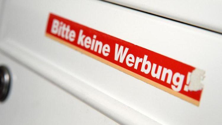 Ein Aufkleber gegen Werbesendungen erlaubt Austrägern immer noch, kostenlose Anzeigenblätter mit redaktionellemTeil in den Briefkasten zu werfen. Foto:Andrea Warnecke