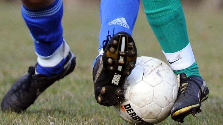 AuchAmateurfußballer, wenn sie einenVertrag mit einemVerein haben, sind im Falle einer schwerenVerletzung unfallversichert. Foto: Daniel Reinhardt