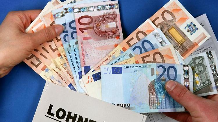 Die Lohntüte soll voller werden: Arbeitnehmer halten eine Gehaltserhöhung angesichts des Aufschwungs für gerechtfertigt. (Bild: dpa)