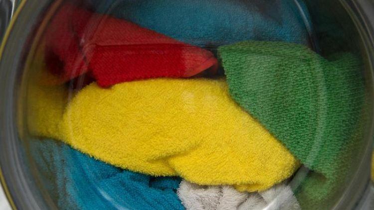 Sind Handtücher nach demWaschen hart, kann das an der falschen Dosierung des Waschmittels liegen. Oder sie sind in einem Raum ohne Luftzug getrocknet. Foto:Andrea Warnecke