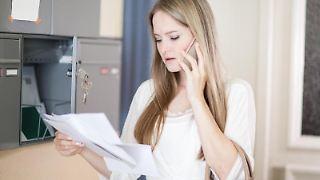 Miete sollte besser pünktlich und vollständig gezahlt werden. Denn geraten Mieter in Zahlungsverzug, riskieren sie die Kündigung. Oft können sie diese aber noch abwenden. Foto: Christin Klose