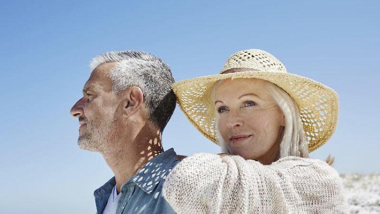 Gemeinsam die Sonne genießen und nicht mehr an die Arbeit denken. Wer vorzeitig in den Ruhestand gehen will, muss diesen Schritt gut durchrechnen. Foto: Westend61/Roger Richter