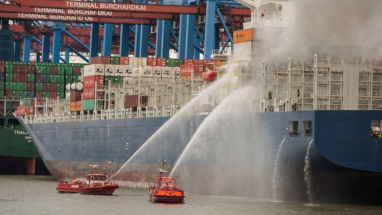 Wegen der starken Rauchentwicklung werden die Anwohner in Hafennähe dazu aufgerufen, ihre Fenster geschlossen zu halten.