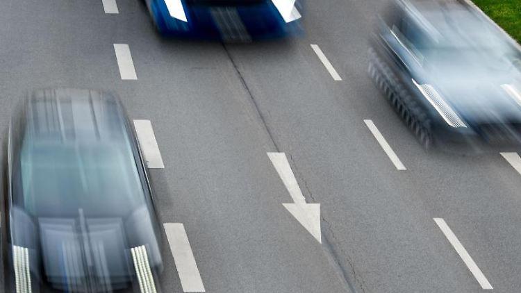 Wer die Geschwindigkeitsbegrenzung überschreitet, dem droht nicht immer ein Entzug der Fahrerlaubnis. Zum Beispiel, wenn nachweislich festgestellt werden kann, dass die Tachoanzeige defekt ist. Foto: Patrick Pleul