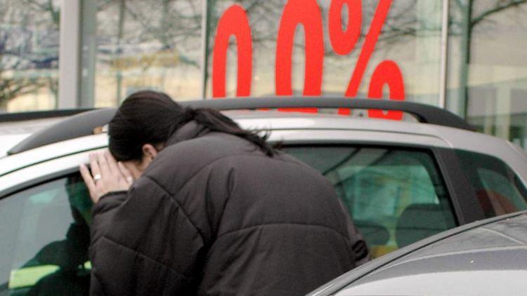 Vergleichen und Verhandeln: Beim Autokauf können Verbraucher derzeit im Schnitt etwa 18 Prozent des Listenpreises sparen. (Bild: Schierenbeck/dpa/tmn)