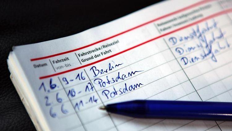 Eine Fahrtenbuchauflage für den Halter kann für unzulässig erklärt werden, wenn die Behörde nicht sorgfältig genug ermittelt, um den Fahrer ausfindig zu machen. Foto: Jan Woitas