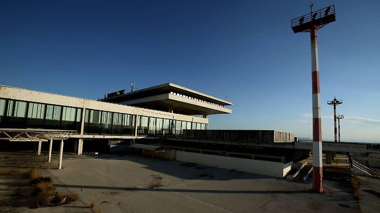 Der Geisterflughafen in Athen steht mittlerweile seit 15 Jahren leer und darf jetzt für 900 Millionen Euro privatisiert werden.