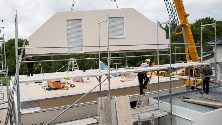 Wände aufstellen, Dach drauf, fertig ist das Haus: Ganz so einfach ist es bei der Finanzierung eines Fertighauses allerdings nicht.Foto:Frank Rumpenhorst