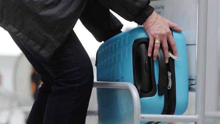 Der Koffer fürs Handgepäck darf nicht zu groß sein. Doch für wichtige Dinge muss genug Platz sein:Geld, Medikamente, Elektronik und Kabel sowie Wäsche zumWechseln. Foto: Tobias Hase