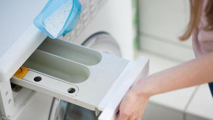Von manchen Waschpulvern braucht man viel weniger als von anderen. Sie tragen daher oft die Zusatzbezeichnung «kompakt». Foto:Christin Klose