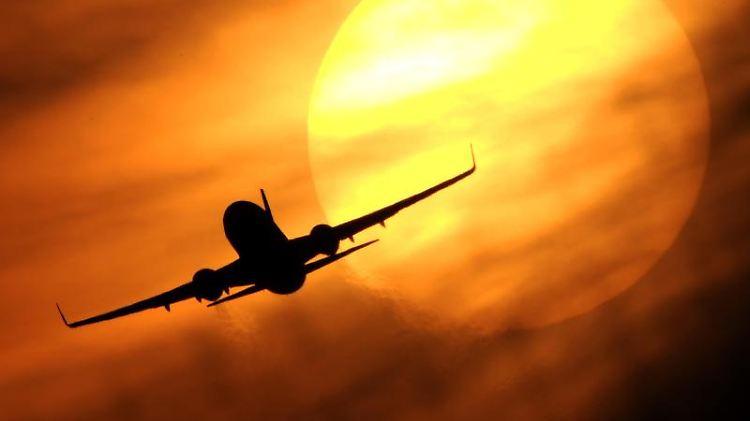 Unberechenbare Flugreisen: Bei Krankheit eines Crewmitglieds können Flüge schon mal umgeplant werden. Foto: Julian Stratenschulte (Archiv)