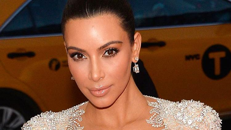 Kim Kardashian will sich nicht als Diebin und Lügnerin darstellen lassen und zieht vor Gericht.