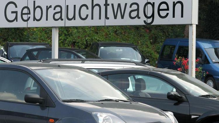 Käufern eines Gebrauchtwagens steht eine gesetzliche Gewährleistung zu. Eine Gebrauchtwagengarantie ist jedoch oft weiter gefasst. Foto: Armin Weigel