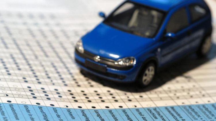 Mit dem Wälzen von Tariftabellen können Autofahrer bei der Kfz-Versicherung Geld sparen. Genau studieren sollte man etwa die Rückstufungen in der Schadensfreiheitsklasse. Foto: Jens Schierenbeck