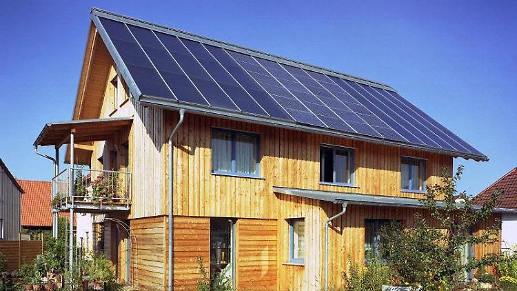 Haus mit großen Solaranlagen auf dem Dach.jpg