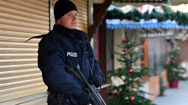 336829d2e9c77 Schutzweste und Maschinenpistole  Polizisten bekommen bessere ...
