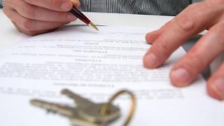 Ein Kaufvertrag soll unterschrieben werden