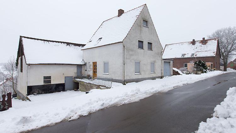 Schnee liegt vor einem Haus in Höxter-Bosseborn (Nordrhein-Westfalen) am 24.01.2017. Über Jahre hinweg soll ein Paar mehrere Frauen in das Haus in Ostwestfalen gelockt und dort schwer misshandelt haben. Der 46-Jährige und die 48-Jährige sind wegen Mordes durch Unterlassen angeklagt. Zwei Frauen starben infolge der tödlichen Quälereien. Der Mordprozess wurde an diesem Tag kurzfristig ausgesetzt aufgrund einer Erkrankung eines Prozessbeteiligten. Foto: Friso Gentsch/dpa +++(c) dpa - Bildfunk+++