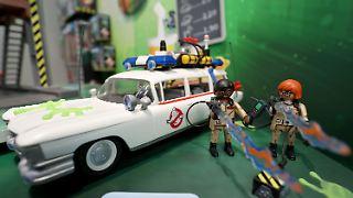 Zwei Figuren von Playmobil, die die Charakteren Winston Zeddemore und Dana Barrett aus dem Film Ghostbusters darstellen sollen, stehen am 01.02.2017 in Nürnberg (Bayern) auf der 68. Internationalen Spielwarenmesse am Stand des deutschen Unternehmens «geobra Brandstätter» neben ihrem Fahrzeug «Ecto-1». Die weltweit größte Spielwarenmesse dauert vom 1. bis 6. Februar 2017. Foto: Daniel Karmann/dpa +++(c) dpa - Bildfunk+++