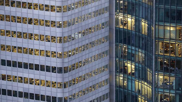 A busy office building is photographed from a tourist platform on early evening in Frankfurt, Germany, January 31, 2017.  REUTERS/Kai Pfaffenbach