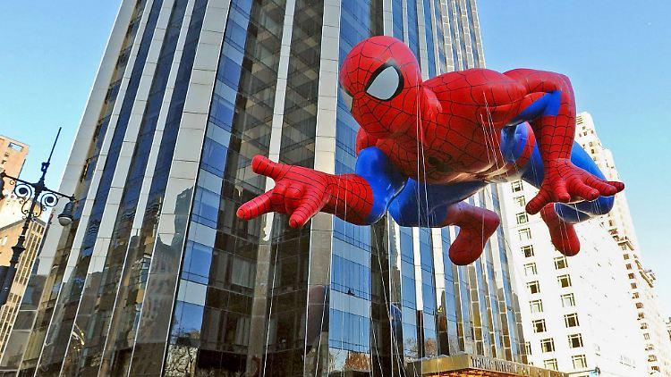 Ein Ballon in Form des Superhelden