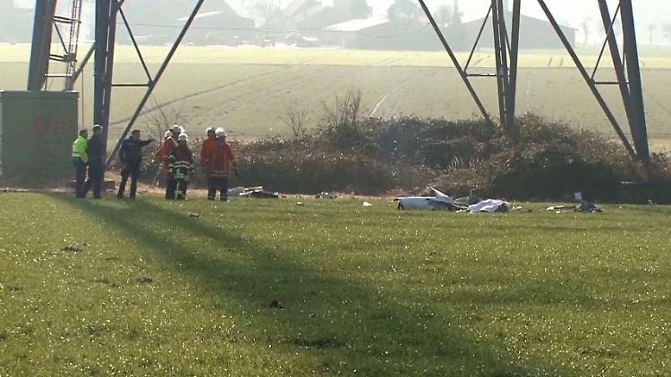 Rettungskräfte stehen am 02.02.2017 bei Melle (Niedersachsen) vor den Trümmern eines abgestürtzten Kleinflugzeugs, das nach ersten Angaben mit einer Windkraftanlage kollidierte. Bei dem Unfall kam ein Mensch ums Leben. (zu dpa