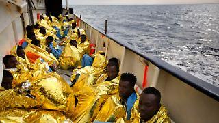 Flüchtlinge ruhen sich am 03.02.2017 an Deck des Rettungsbootes «Golfo Azzurro» aus, nachdem sie 34 Kilometer nördlich von Sabratha (Lybien) vonMitgliedern der spanischen Nichtregierungsorganisation «Proactiva Open Arms» aus einem Schlauchboot gerettet wurden. Die Europäische Union will die starke Fluchtbewegung von Libyen aus übers Mittelmeer eindämmen. Foto: Emilio Morenatti/AP/dpa +++(c) dpa - Bildfunk+++