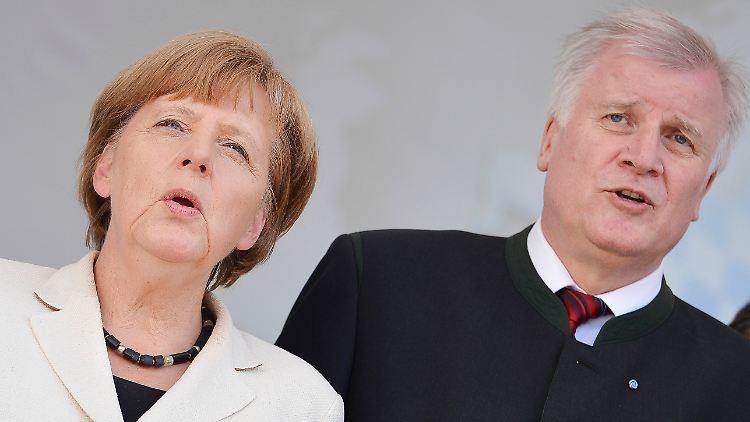 ARCHIV - Bundeskanzlerin Angela Merkel (CDU) und Bayerns Ministerpräsident Horst Seehofer (CSU) singen am 21.05.2014 am Ende einer Kundgebung zur Europawahl vor der Marienkirche in Hof (Bayern) das Bayernlied. Foto: David Ebener/dpa (zu dpa Das zerrüttete Verhältnis von Kanzlerin Angela Merkel (CDU) und CSU-Chef Horst Seehofer» vom 19.06.2016) +++(c) dpa - Bildfunk+++