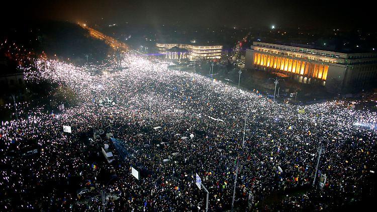 dpatopbilder - Zehntausende demonstrieren am Abend des 05.02.2017 vor dem Parlamentspalast in Bukarest, Rumänien, gegen die sozialliberale Regierung. Die hatte unterdessen eine umstrittene Eilverordnung aufgehoben, die die Strafverfolgung von Korruption bei Politikern einschränkt. (Zu dpa