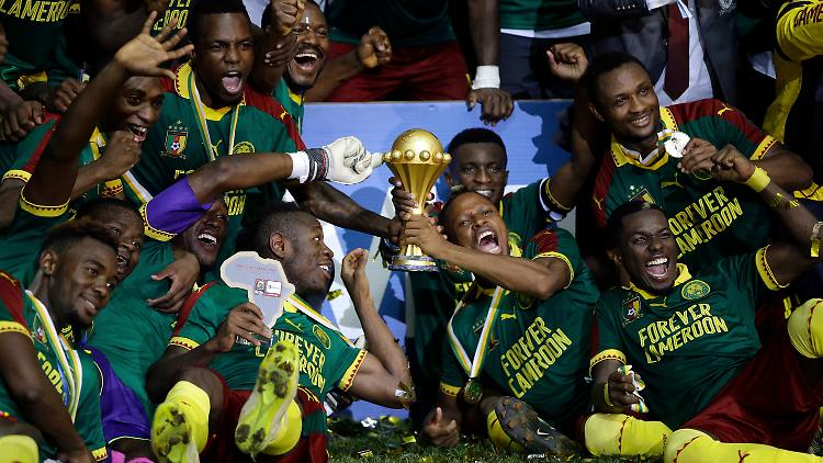 Kameruns Spieler jubeln am 05.02.2017 nach dem Gewinn des African Cup of Nations Finales zwischen Ägypten und Kamerun in Libreville (Gabun). Kameruns Fußballer haben zum fünften Mal den Afrika-Cup gewonnen und sich damit auch als deutscher Vorrunden-Gegner für den Confed Cup im Sommer qualifiziert. Im Endspiel von Libreville in Gabun schlugen die «Löwen» den Rekordsieger Ägypten am Sonntagabend mit 2:1 (0:1). Foto: Sunday Alamba/AP/dpa +++(c) dpa - Bildfunk+++