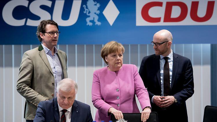 CSU-Generalsekretär Andreas Scheuer (l-r), der bayerische Ministerpräsident Horst Seehofer (CSU), Bundeskanzlerin Angela Merkel (CDU) und CDU-Generalsekretär Peter Tauber nehem am 05.02.2017 in München (Bayern) am Spitzentreffen von CDU und CSU in die CSU-Parteizentrale teil. Die Parteispitzen von CDU und CSU kommen zusammen, um inhaltliche Schwerpunkte für den Bundestagswahlkampf abzustimmen. Foto: Sven Hoppe/dpa +++(c) dpa - Bildfunk+++