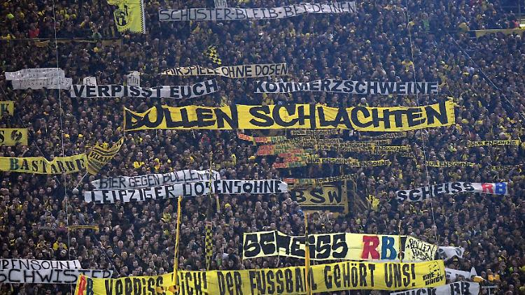 Bilder des Tages - SPORT Fußball, BVB-Fans protestieren gegen RB Leipzig 04.02.2017, xjhx, Fussball 1.Bundesliga, Borussia Dortmund - RB Leipzig, emspor, v.l. Anti RB Plakate Dortmund  Images the Day Sports Football Borussia supporters Protest against RB Leipzig 04 02 2017 xJHx Football 1 Bundesliga Borussia Dortmund RB Leipzig emspor v l Anti RB Posters Dortmund