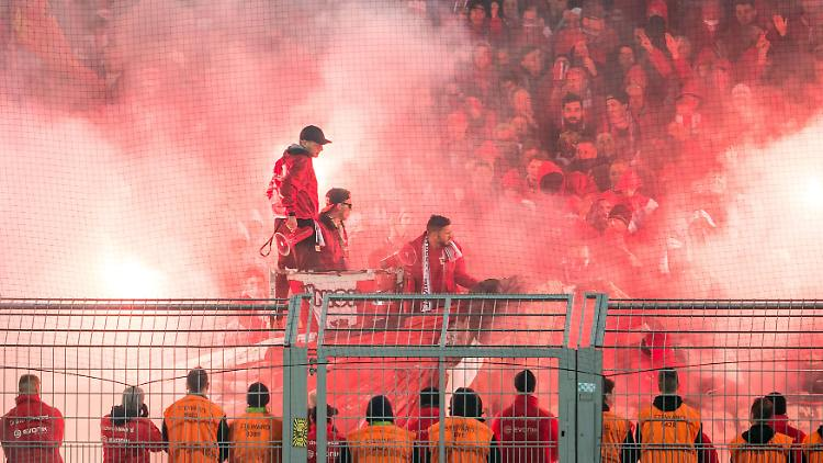 Fans vom 1. FC Union Berlin beim Abbrennen von Bengalische Feuer, Pyrotechnik beim DFB-Pokal Spiel zwischen Borussia Dortmund und Union Berlin am 26.10.2016 Dortmund Copyright: xSchuelerx/xEibnerx-xPressefotox  supporters of 1 FC Union Berlin the burning from Bengal Fire Pyrotechnics the DFB Cup Game between Borussia Dortmund and Union Berlin at 26 10 2016 Dortmund Copyright  xEibnerx xPressefotox