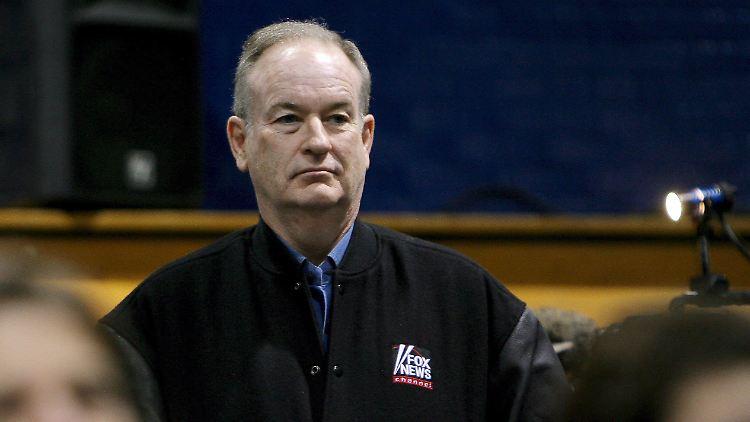 ARCHIV - Fox-News-Moderator Bill O'Reilly verfolgt am 05.01.2008 in Penacook (US-Bundesstaat New Hampshire) eine Rede. (zu dpa