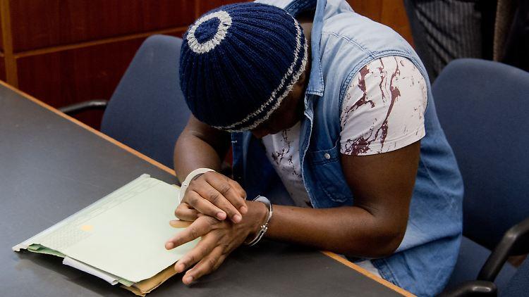 Der Angeklagte Abakar O. sitzt am 06.02.2017 im Amtsgericht in Hannover (Niedersachsen). Der Asylbewerber aus dem Sudan hat vor Gericht Sozialbetrug mit einem Schaden von 21 700 Euro zugegeben. Er habe mit dem Geld seine erkrankten Eltern in seiner Heimat unterstützen wollen und dazu bei den Behörden in mehreren Städten verschiedene Identitäten angegeben. (zu dpa