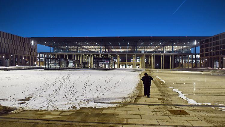 ARCHIV - Ein Mann läuft am Abend des 22.01.2017 zum Hauptterminal des neuen Hauptstadtflughafens BER. Am 7. Februar tritt der Aufsichtsrat der Flughafen Berlin Brandenburg GmbH zu einer Sondersitzung zusammen.(zu dpa vom 05.02.2017) Foto: Ralf Hirschberger/dpa-Zentralbild/dpa +++(c) dpa - Bildfunk+++