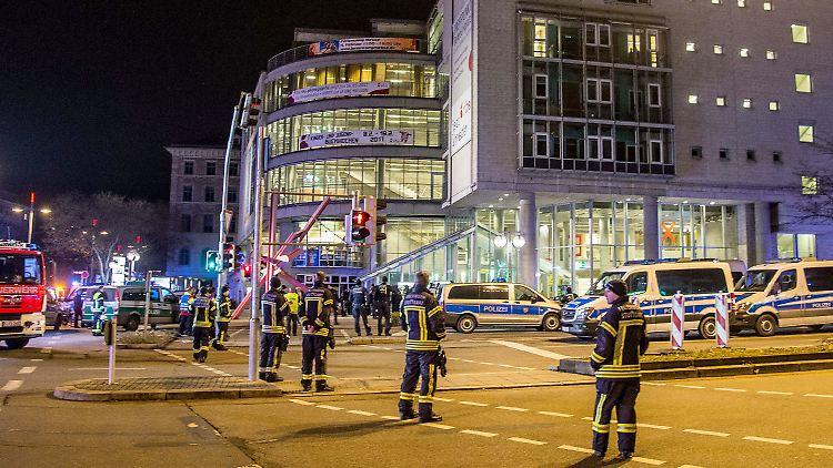 Polizisten stehen am 06.02.2017 bei einem Großeinsatz vor dem Gebäude der VHS Stuttgart am Rotebühlplatz in Stuttgart (Baden-Württemberg). In der Stuttgarter Innenstadt ist am 06.02.2017 nach Auskunft der Polizei ein Amokalarm ausgelöst worden - wohl fälschlicherweise. «Wir gehen von einem Fehlalarm aus», sagte ein Polizeisprecher auf Anfrage. Das betroffenen Bildungs- und Kulturzentrum wurde evakuiert. Die Polizei war mit mehreren Dutzend Beamten, die zum Teil mit Schutzbekleidung ausgestattet waren, im Einsatz. (zu dpa-Meldung: «Technischer Defekt wohl Grund für Amokalarm inStuttgart» vom 07.02.2017) Foto: Sven Friebe/sdmg/dpa +++(c) dpa - Bildfunk+++