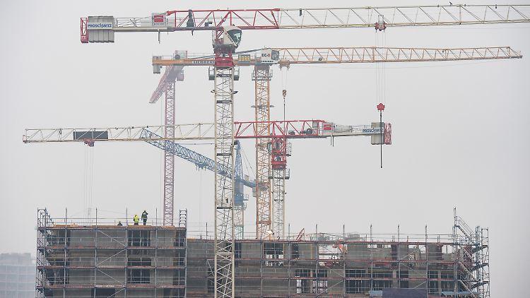 ARCHIV - Baukräne drehen sich am 20.01.2017 über Baustellen für Wohngebäude in der Hafencity in Hamburg. Das Institut der deutschen Wirtschaft stellt am 07.02.2017 eine Studie zum Wohnraumbedarf in Großstädten vor. Foto: Daniel Reinhardt/dpa +++(c) dpa - Bildfunk+++