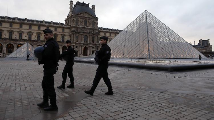 Themen der Woche Angriff auf Soldaten am Louvre in Paris Security forces keep vigil in front of the Louvre Museum in Paris, France, on February 3, 2017 which was closed following a terror attack. The area was sealed off after an assaillant was shot and wounded after he attacked soldiers on patrol in the Louvre s underground mall. PUBLICATIONxINxGERxSUIxAUTxHUNxONLY PAR20170203107 MAYAxVIDON-WHITE  Topics the Week Attack on Soldiers at Louvre in Paris Security Forces keep Vigil in Front of The Louvre Museum in Paris France ON February 3 2017 Which what Closed following a Terror Attack The Area what sealed off After to assaillant what Shot and Wounded After he attacked Soldiers ON Patrol in The Louvre S Underground Mall PUBLICATIONxINxGERxSUIxAUTxHUNxONLY PAR20170203107 MAYAxVIDON White