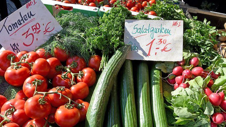 ARCHIV - Verschiedene Gemüsesorten liegen am 27.09.2016 auf dem Wochenmarkt in Langenhagen in der Region Hannover (Niedersachsen) in der Auslage eines Marktstandes. Frost in Süditalien und Sturzregen in Spanien sorgen dafür, dass seit einigen Wochen deutlich weniger Zucchini, Brokkoli und Eisbergsalat auf dem Teller landen - zumindest in preisbewussten Haushalten. Foto: Holger Hollemann/dpa +++(c) dpa - Bildfunk+++
