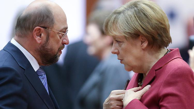 ARCHIV - Der damalige EU-Parlamentspräsident Martin Schulz (SPD) und Bundeskanzlerin Angela Merkel unterhalten sich am 23.10.2014 in Brüssel vor Beginn des EU-Gipfels. (zu dpa