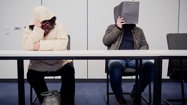 Die Angeklagten Nicole G. (l) und Clemens F. (r) sitzt am 08.02.2017 im Landgericht in Hildesheim (Niedersachsen) und verbergen ihre Gesichter. In dem Prozess gegen die Mutter, die ihre 16-jährige Tochter als Prostituierte verkauft haben soll, wird das Urteil erwartet. Die 37-Jährige steht wegen Zuhälterei und sexuellen Missbrauchs von Kindern vor Gericht. Mitangeklagt ist der 40 Jahre alte Lebensgefährte der Hildesheimerin. Er soll die damals 16-jährige sowie die 11-jährige Tochter der Angeklagten sexuell missbraucht haben. Foto: Julian Stratenschulte/dpa +++(c) dpa - Bildfunk+++