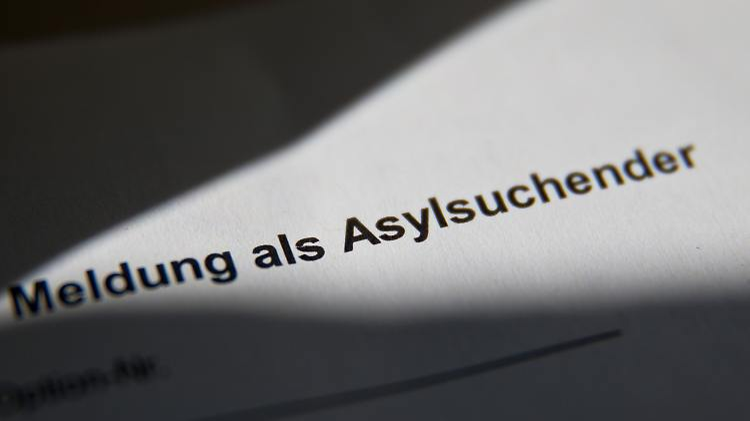 ARCHIV- «Meldung als Asylsuchender» ist am 17.07.2014 in der Zentralen Aufnahmeeinrichtung für Asylbewerber (ZAE) in Zirndorf auf einer Meldebescheinigung für Asylsuchende zu lesen. Die Zahl der Asylverfahren in Niedersachsen hat sich 2016 im Vergleich zum Vorjahr mehr als verdoppelt. (zu dpa