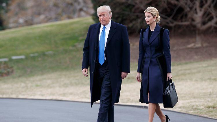 US-Präsident Donald Trump und seine Tochter Ivanka gehen am 01.02.2017 in Washington über den South Lawn des Weißen Hauses zum Präsidenten-Hubschrauber Marine One. Foto: Evan Vucci/AP/dpa +++(c) dpa - Bildfunk+++