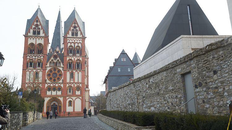 Das Foto vom 09.02.2017 zeigt den Dom und den Bischofssitz in Limburg (Hessen). Gegen einen Mitarbeiter des Bistums laufen Ermittlungen wegen des mutmaßlichen Besitzes von Kinderpornografie. Foto: Thomas Frey/Thomas Frey/dpa +++(c) dpa - Bildfunk+++