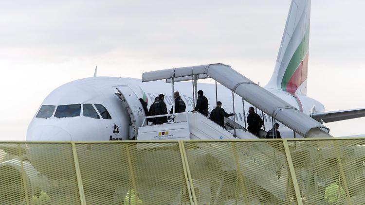 ARCHIV - Abgelehnte Asylbewerber steigen am 09.12.2014 am Baden-Airport in Rheinmünster (Baden-Württemberg) im Rahmen einer landesweiten Sammelabschiebung in ein Flugzeug. Foto: Daniel Maurer/dpa (zu dpa: