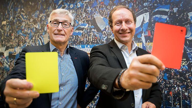 DFB-Schiedsrichterchef Lutz-Michael Fröhlich (l) und Hellmut Krug, Projektleiter Video-Assistent beim DFB und der Deutschen Fußball Liga (DFL) zeigen am 06.02.2017 in Hamburg auf einer Veranstaltung für Medienvertreter unter dem Motto