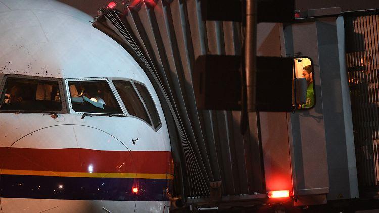 ARCHIV - Polizisten betreten am 14.12.2016 auf dem Flughafen in Frankfurt am Main (Hessen) ein Flugzeug von Meridiana, mit dem Flüchtlige nach Afghanistan zurückgebraucht wurden. (zu dpa «Abschiebungen sollen beschleunigt werden - Kritik an den Plänen» vom 09.02.2017) Foto: Boris Roessler/dpa +++(c) dpa - Bildfunk+++